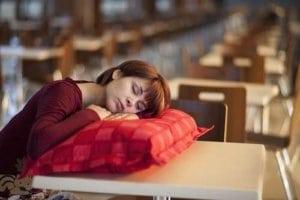 Sind Sie oft müde und abgeschlagen sollten Sie vom Arzt Ihren Schlaf überprüfen lassen.