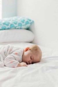 Die ersten Monate dürfen die Baby auch gern noch mit ins Elternbett