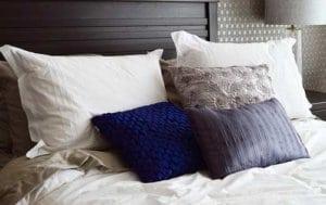 Auch Dekokissen können das Schlafzimmer aufwerten und mehr Komfort im Bett bringen