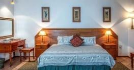 Schlafzimmer aus Holz - rustikal bis antik
